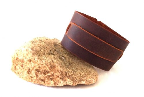 צמיד עור חום עשוי בעבודת יד לגבר