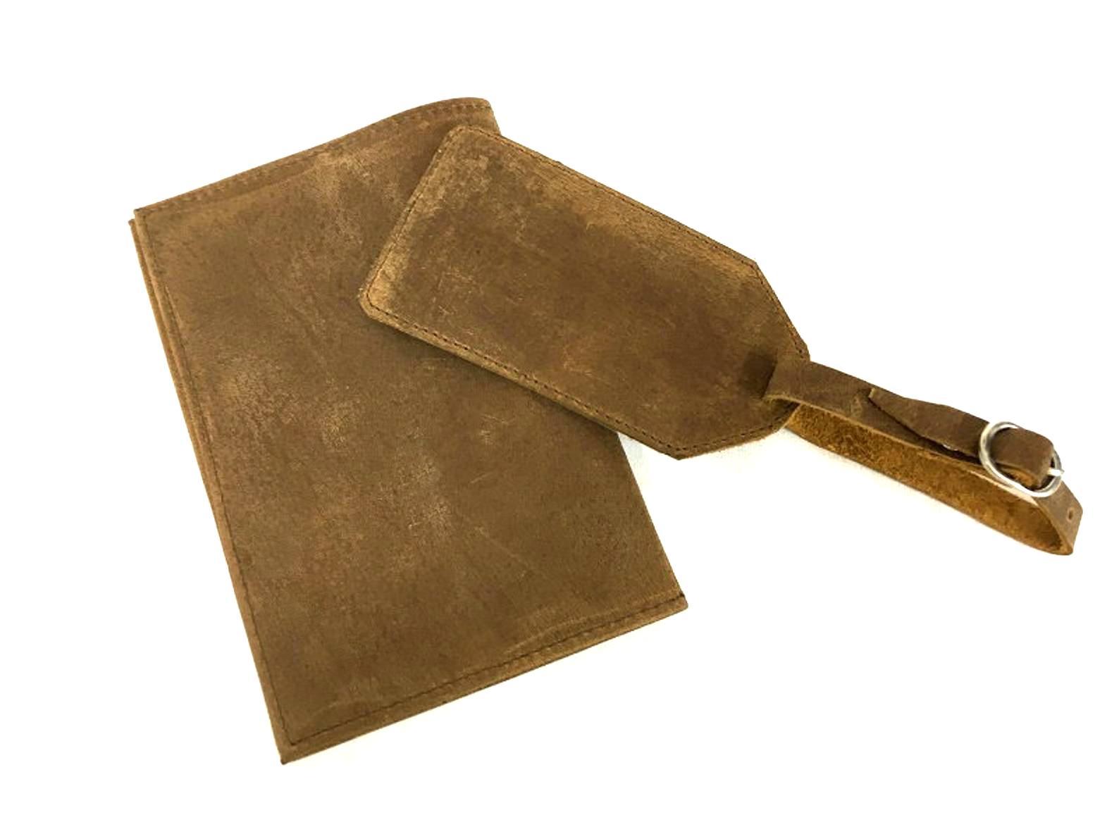 נרתיק עור לדרכון הכולל תג זיהוי מעוצב בעבודת יד